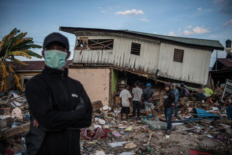 Er wordt gepauzeerd door de reddingwerkers die lichamen zoeken onder al het puin. Beeld Getty Images