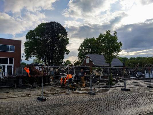 Rond het verwoeste pand zijn hekken geplaatst en wordt onderzoek gedaan.