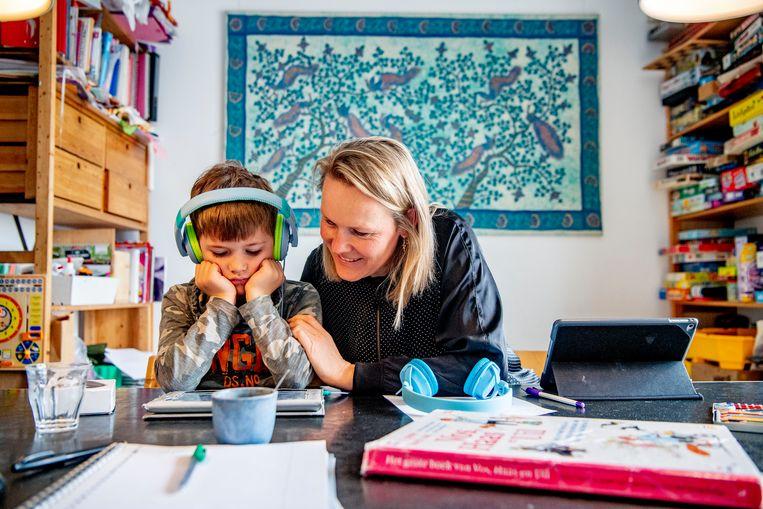 De helpende hand van hoogopgeleide ouders is momenteel een krachtige. Beeld Hollandse Hoogte