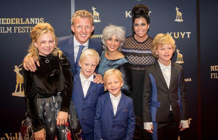 De familie Kuijt met regisseur Deborah van Dam (m) op de loper bij de première van de documentaire Kuyt. Beeld ANP