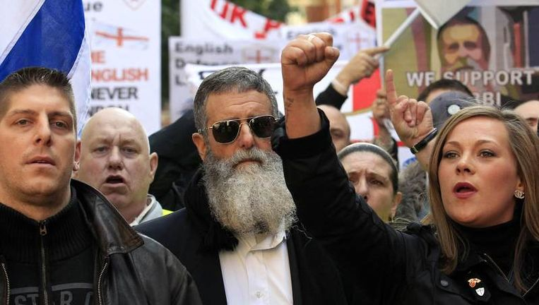 De Amerikaanse rabbi Nachum Shifren met demonstranten van de English Defence League in Londen. Beeld reuters