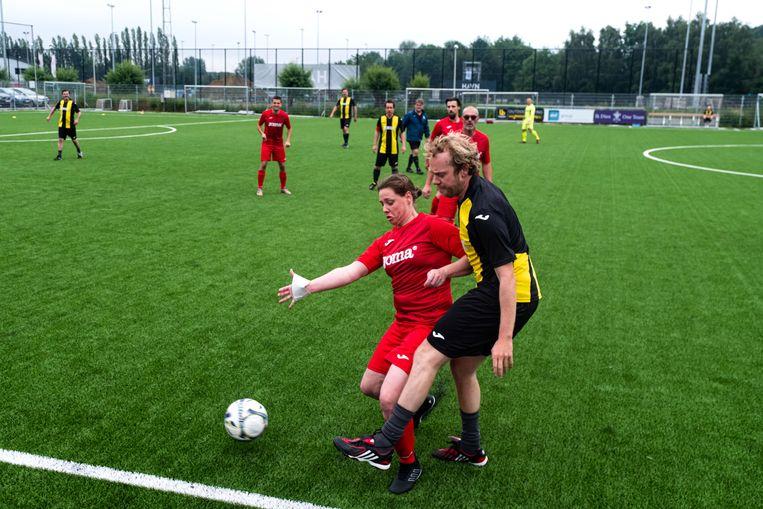 Deze dame schermt de bal goed af van Rik Verheye.