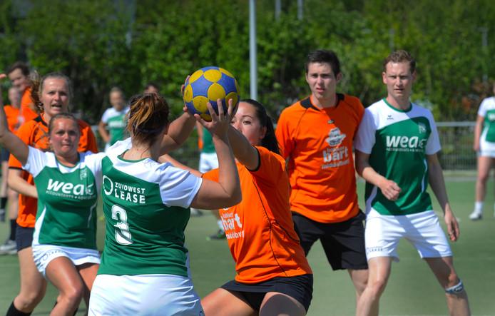 Aisja Zuidweg (Swift) verdedigt Esmee Walraven van Tjoba.