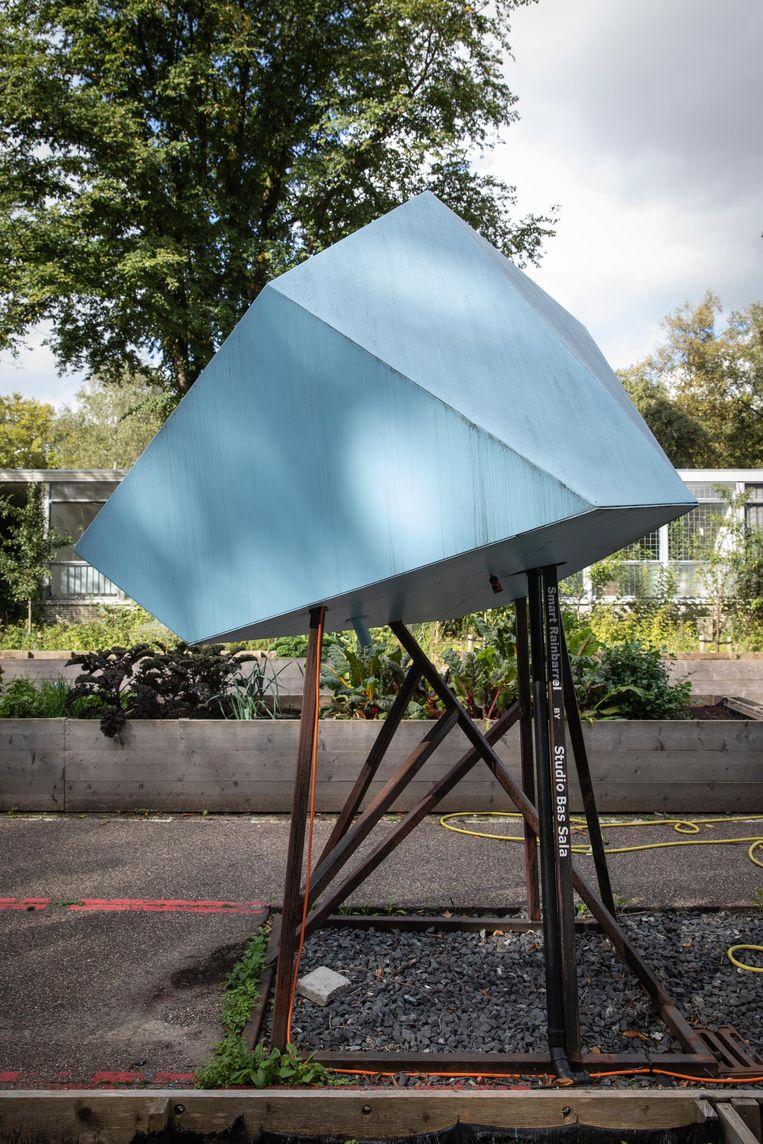 De Slimme Regenton van Studio Bas Sala is gekoppeld aan een computertje dat op basis van de weersverwachting de ton kan legen Beeld Dingena Mol