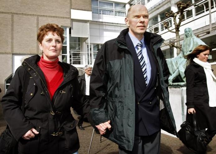 Fiscaal-jurist Ernest Louwes (r), veroordeeld in de Deventer moordzaak, verlaat samen met zijn echtgenote teleurgesteld het gebouw van de Hoge Raad in Den Haag. Archieffoto ANP