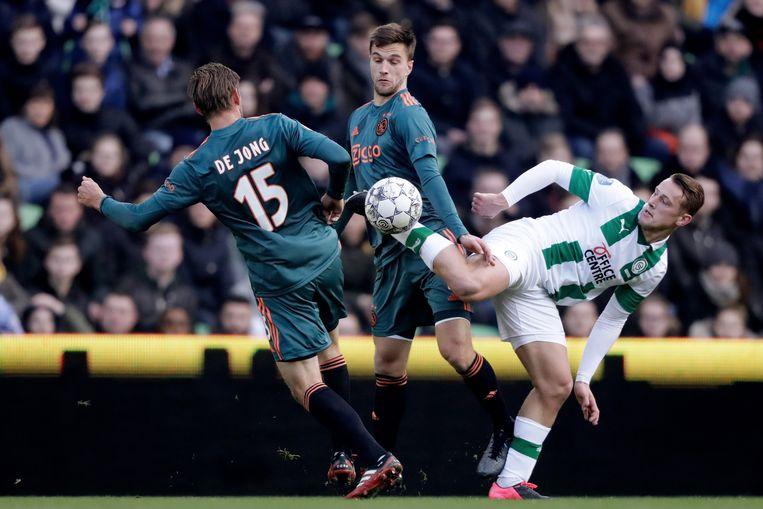 Vijf talenten die op De Toekomst werden opgeleid stonden bij FC Groningen in de basis. Onder hen Kaj Sierhuis, hier met Siem de Jong en Joël Veltman. Beeld BSR Agency