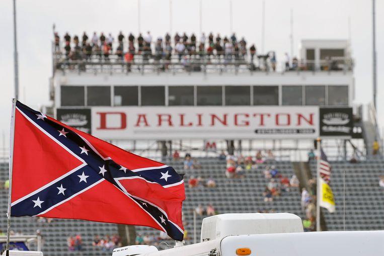 De Confederatie-vlag wappert bij een Nascar race in de staat South Carolina in 2015. Beeld AP