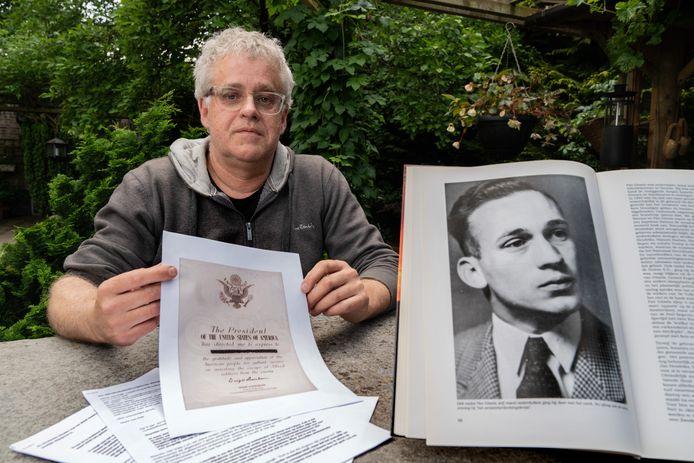 Pieter Meulenbeld. Rechts in het boek een portret van zijn oom Piet Gitzels.