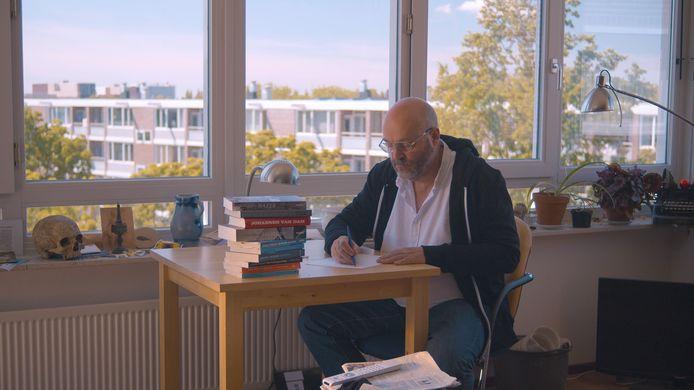 Jeroen Thijssen schrijft nog met een kroontjespen.