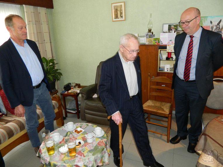 Als burgemeester Patrick Hoste (links) en schepen Philippe Verleyen vragen of Urbain nog kan stappen, geeft de jarige gewoon een demonstratie.
