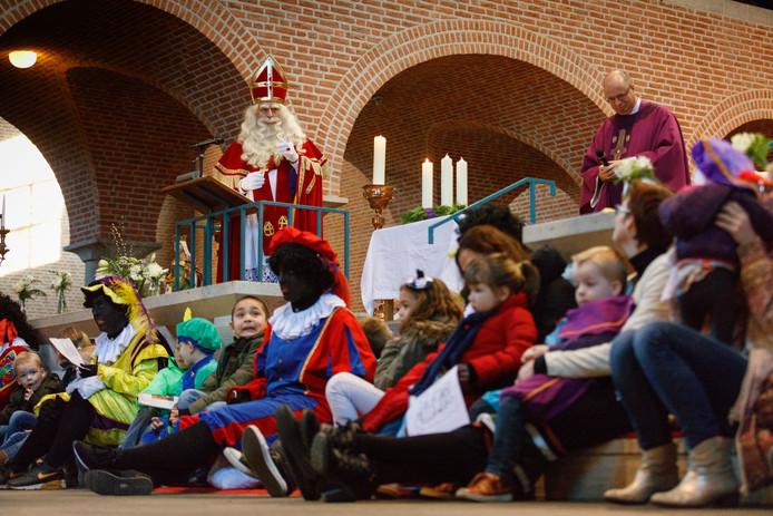 Vorig jaar stond de Sint nog op het priesterkoor in Raamsdonksveer.