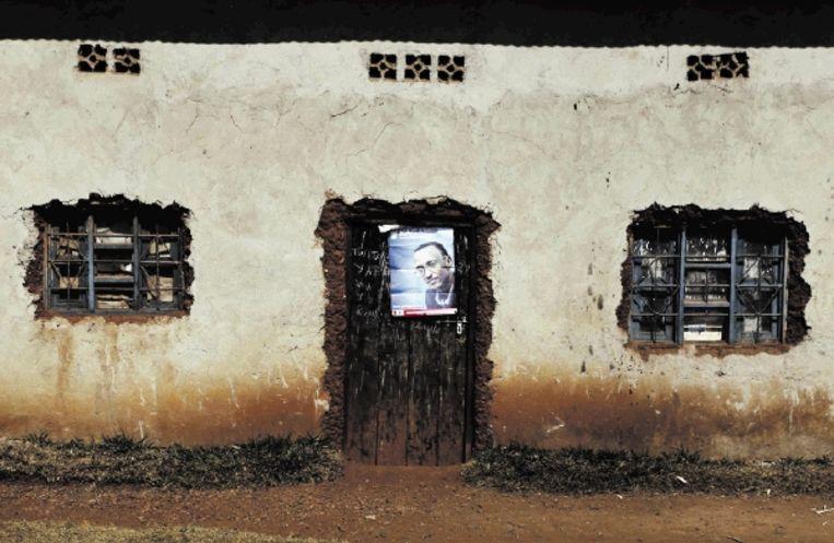 Een verkiezingsposter van het huidige staatshoofd Paul Kagame siert een deurpost, in de buurt van hoofdstad Kigali. Hij wordt vrijwel zeker herkozen. (REUTERS) Beeld REUTERS