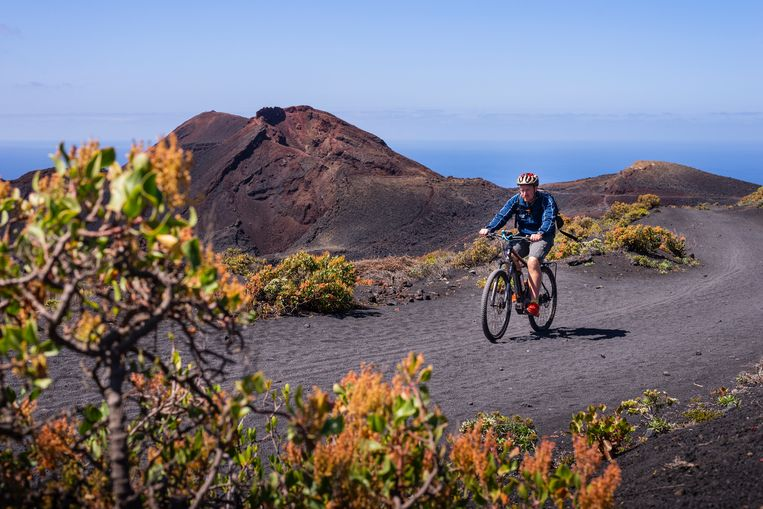 Bert Sitters fietst door het vulkanische landschap van La Palma. Beeld Jessica de Korte