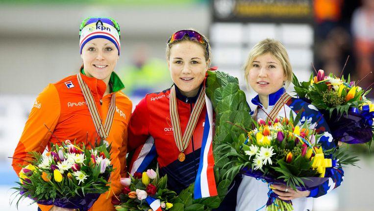 Karolina Erbanova temidden van Jorien ter Mors en Olga Fatkulina tijdens de podiumceremonie van het EK Sprint in Thialf. Beeld anp