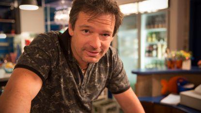 """Frank Van Erum houdt zich sterk na zijn onverwachte ontslag uit 'Thuis': """"Ik heb toch al een traan weggepinkt"""""""