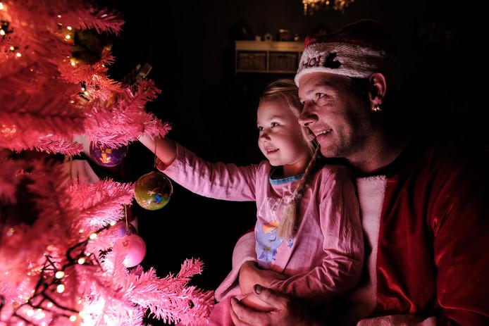 Bij de kerstboom.