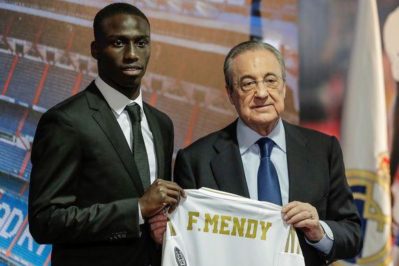 Ferland Mendy met Real-voorzitter Florentino Perez.