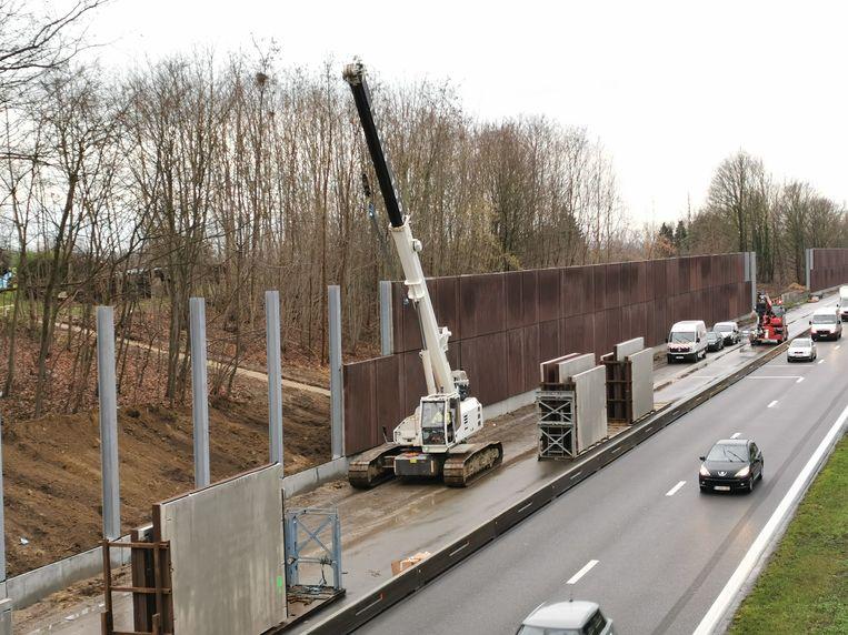 Op de Brusselse Ring in Beersel worden momenteel geluidsschermen geplaatst.