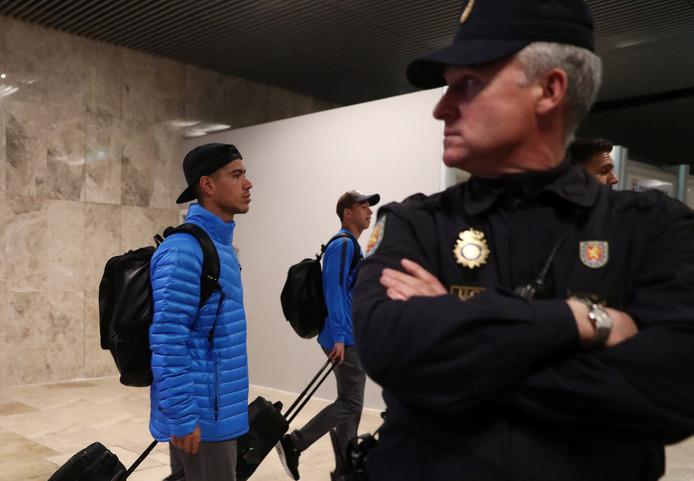 Boca Juniors arriveert in Madrid. Ook op het vliegveld is veel politie op de been.