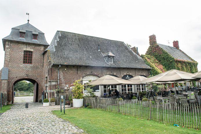 De daken van het vroegere koetshuis en de duiventoren worden gerestaureerd.