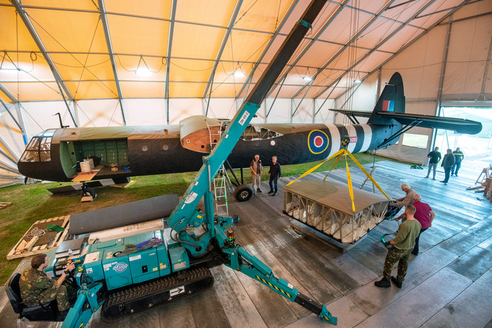 De replica van een Horsa Glider wordt tegenover Airborne Museum Hartenstein in Oosterbeek geassembleerd.