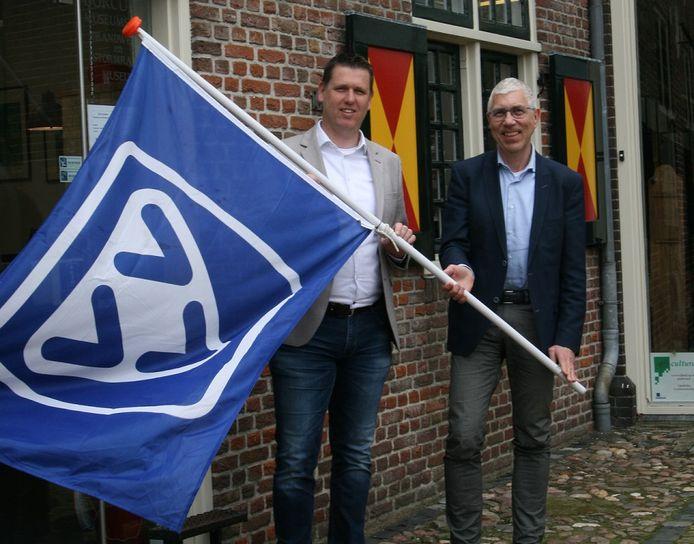 Manuel Hezeman (Achterhoek Toerisme) en Kees van Wijk (VVV Nederland) bij de Borculose toeristisch info, die voortaan weer VVV Borculo heet.