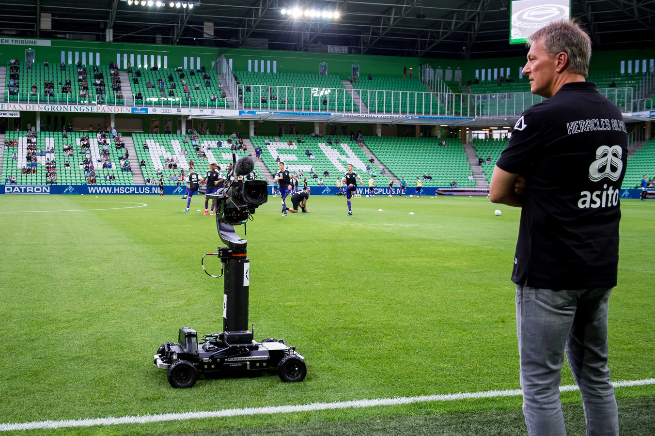 Heracles-coach Frank Wormuth wordt gefilmd door de robotcamera van FOX Sports.