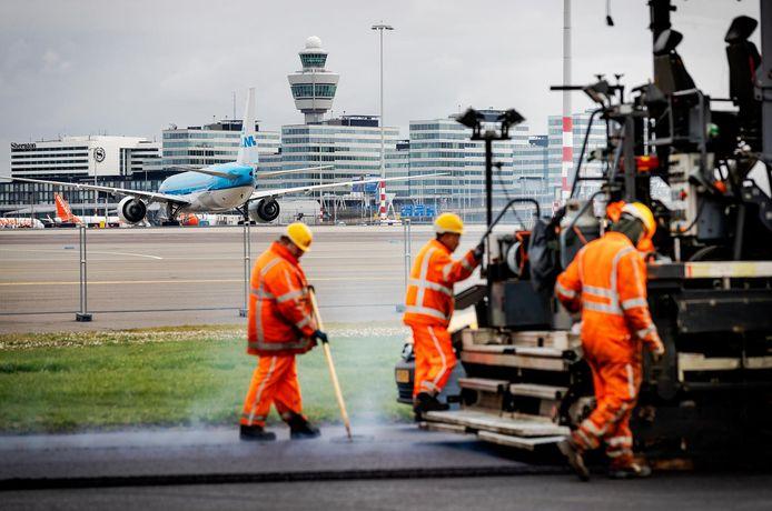 Werkzaamheden aan de Zwanenburgbaan tijdens groot onderhoud, in maart vorig jaar.