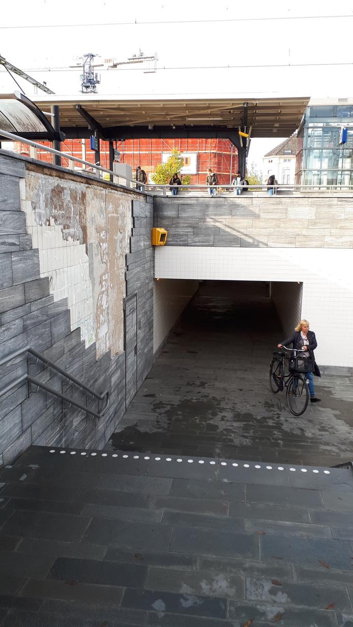 Tegels laten spontaan los van de muur bij de spoortunnel in Bergen op Zoom.