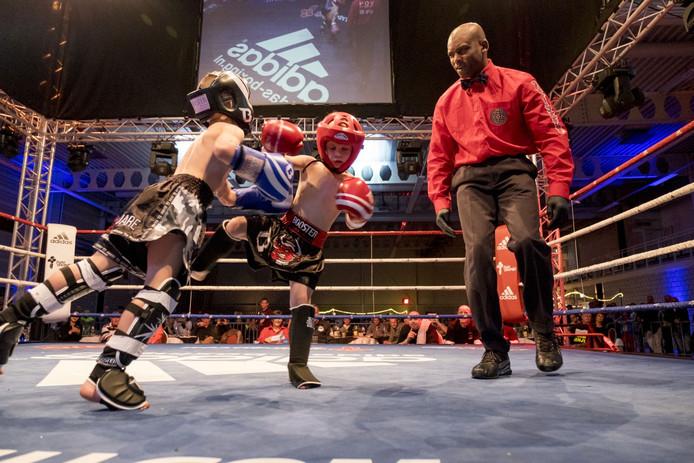 Jongens, meisjes, mannen en vrouwen gingen de strijd met elkaar aan tijdens het kickboksgala in Zierikzee.