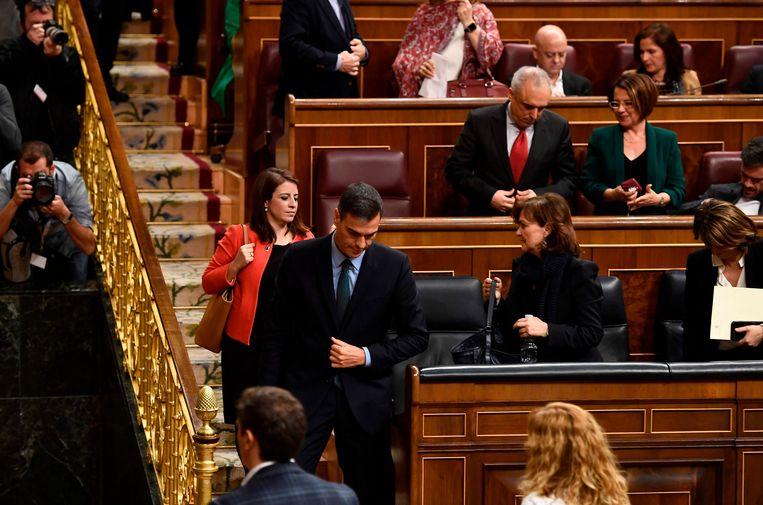 Premier Pedro Sánchez verliet na de stemming meteen het parlement. Waarschijnlijk roept hij snel nieuwe verkiezingen uit.