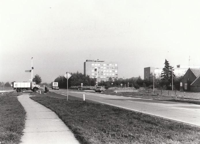 Zoals alle gemeenten kampte ook Deurne in het kader van toenemende mobiliteit jarenlang met ernstige verkeersproblemen. Een van de gevaarlijkste kruisingen - zie deze foto uit 1979 - was die op de Helmondsingel nabij het ziekenhuis, waar het verkeer Deurne-Bakel/Gemert v.v. de verkeersstroom Helmond-Venray v.v. moest zien te ontwijken. De oplossing werd een tunnelbak.