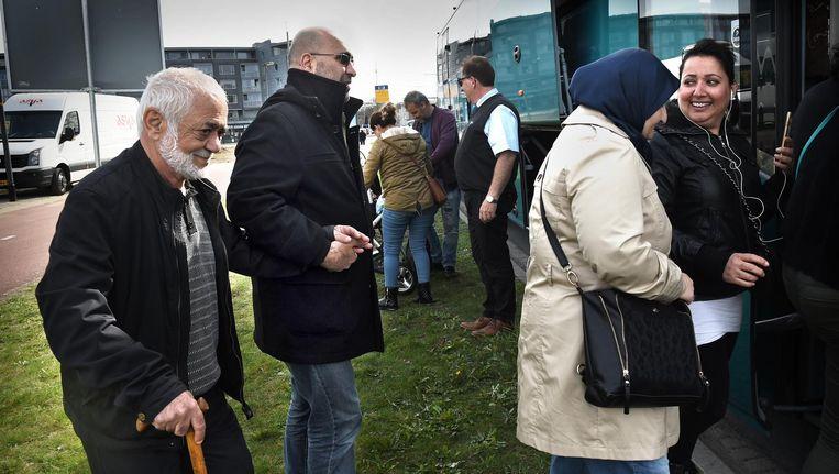 Turkse Nederlanders voor een stemlokaal in Deventer. Beeld Marcel van den Bergh / de Volkskrant