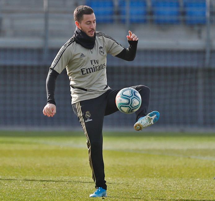 Eden Hazard s'entraîne avec ballon, mais toujours individuellement