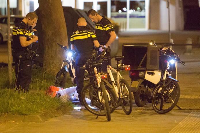 De politie hield een scooterrijder staande.