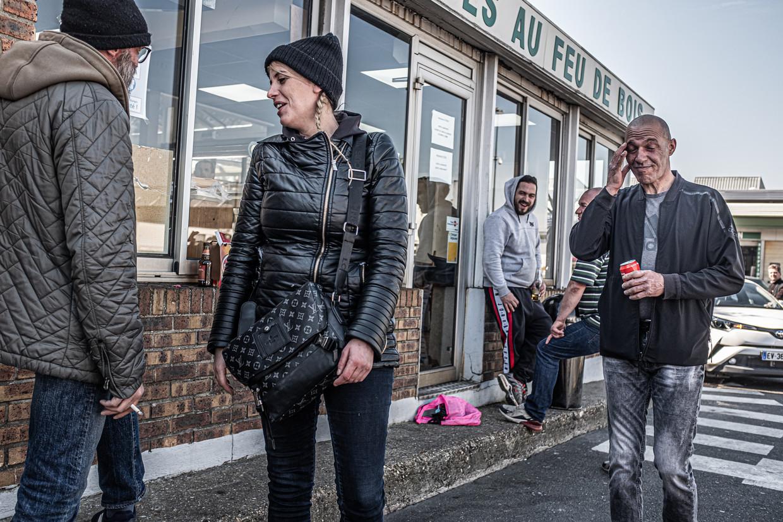 Handelaren en daklozen borrelen rond het middaguur.  Beeld Joris Van Gennip
