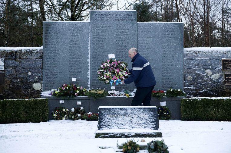 Een man legt bloemen neer bij het herdenkingsmonument van de Lockerbie-ramp. Beeld anp