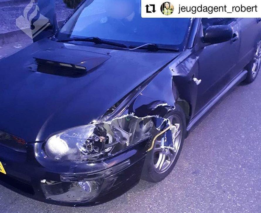 De geraakte auto liep flinke schade op.