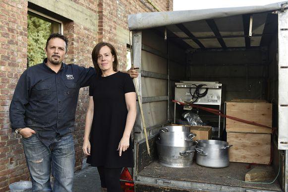 Dominique De Jonge en Goedele Uyttersprot bij het overgebleven materiaal voor het eetfestijn.