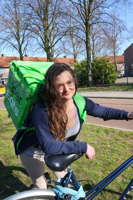 Student TU Eindhoven Kristi Baker from the United States works for Uber Eats these corona-days.