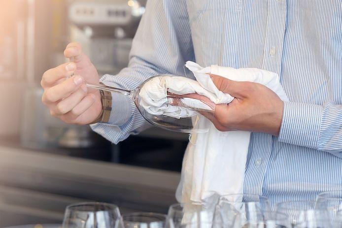 De wijnglazen met blauwe aanslag mogen in bad, zegt Marja Middeldorp.