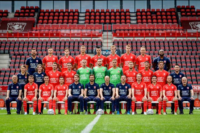 De eerste teamfoto van FC Twente voor 2019/2020: José Matos en Jari Oosterwijk zijn er niet meer bij. Oriol Busquets, Calvin Verdonk, Keito Nakamura, Giorgi Aburjania en Godfried Roemeratoe (portretjes v.l.n.r.) krijgen een plekje op de nieuwe foto.