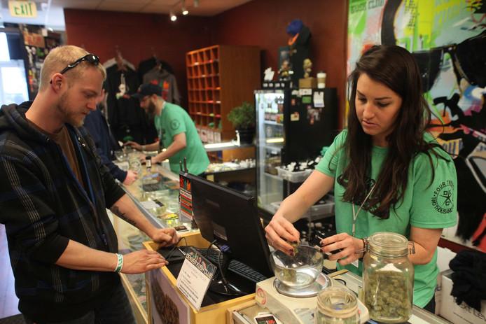 Een klant koopt marihuana in een wietshop in Denver.