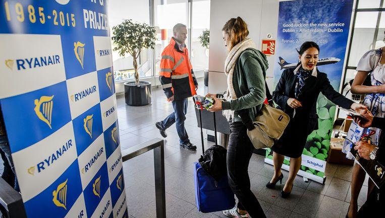 Passagiers van Ryanair op luchthaven Schiphol. Beeld anp