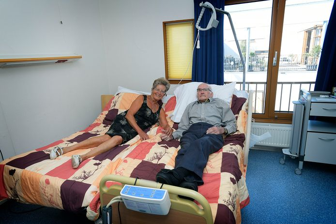 Mijnie en Hein Vonk uit Giessenburg. Nog een paar nachtjes slapen ze samen op de revalidatieafdeling, dankzij een koppelbed dat eerst op de IC stond bij hoge uitzondering, omdat Hein simpelweg niet kon slapen zonder Mijnie.