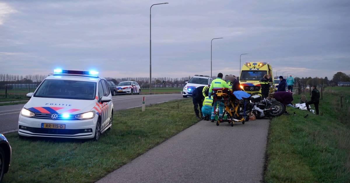 Politiemotor in botsing met fietsers, kinderen en agent gewond.