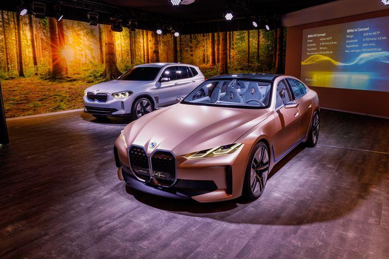 De elektrische BMW i4 concept (voor) en iX3 (achter). Beeld BMW