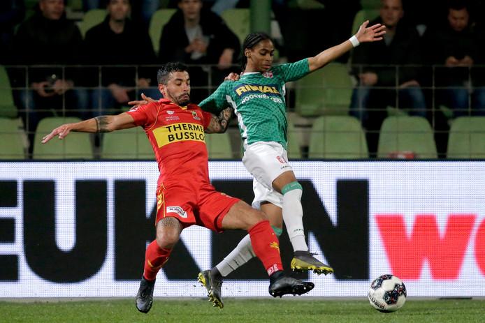 Bruno Andrade namens Go Ahead Eagles in duel met Crysensio Summerville van  FC Dordrecht.