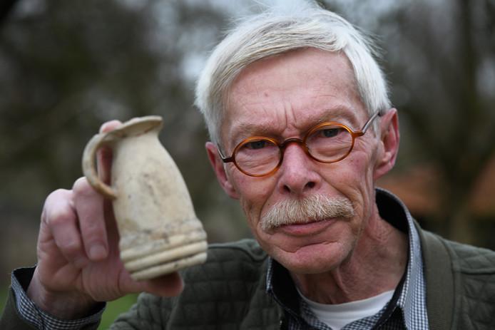 Kobus van Ingen met een middeleeuwse vondst.