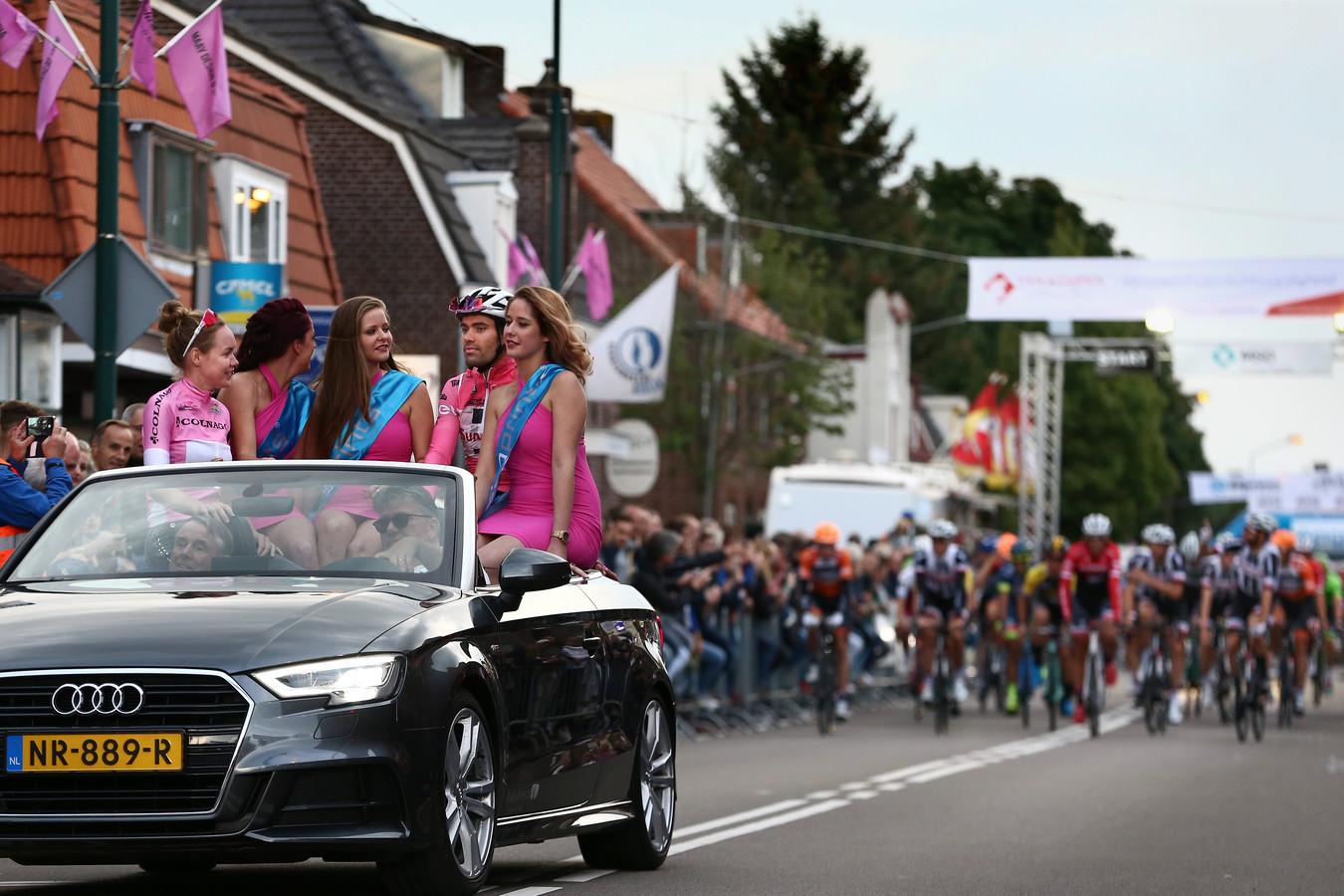 Tom Dumoulin en Anna van de Breggen worden in een auto rondgereden voor de start van het profcriterium in Boxmeer.